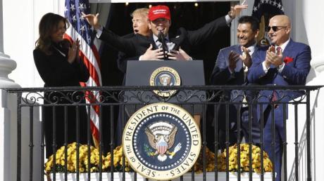 US-Präsident Donald Trump (2.v.l) mit Spielern der Washington Nationals auf dem Truman Balkon des Weißen Hauses. Foto: Patrick Semansky/AP/dpa