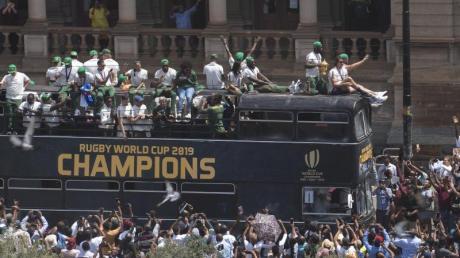 Die Springboks lassen sich in Pretoria von ihren Fans feiern. Foto: Jerome Delay/AP/dpa