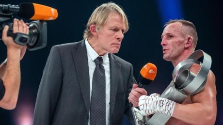 Wieder Boxen im Zweiten: ZDF-Boxexperte Alexander von der Groeben interviewt Nick Klappert nach seinem Sieg. Foto: Jens Büttner/dpa-Zentralbild/dpa
