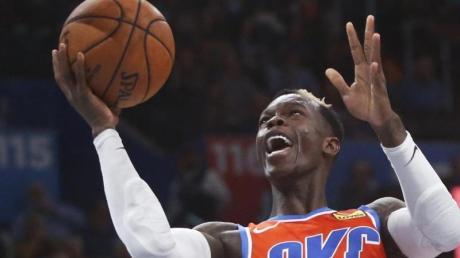 Basketball-Star Dennis Schröder (l) konnte die Niederlage von Oklahoma City Thunder nicht verhindern.