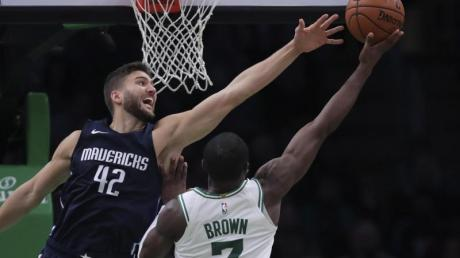 Mavericks-Profi Maxi Kleber (l) versucht Jaylen Brown von den Boston Celtics zu blocken.