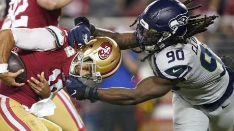 49ers-Quarterback Jimmy Garoppolo (l) wird von Jadeveon Clowney angegriffen. Foto: Tony Avelar/AP/dpa