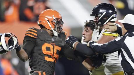 Myles Garrett (l) schlug mit dem Helm seines Gegenspielers zu. Foto: Ron Schwane/AP/dpa