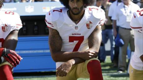 Wurde insbesondere durch sein Knien bei der US-Hymne bekannter:Colin Kaepernick. Foto: Ted S. Warren/AP/dpa