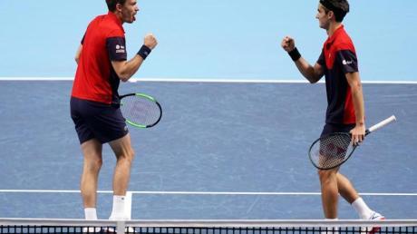 Pierre-Hugues Herbert (r) und Nicolas Mahut haben bei den ATP Finals den Doppel-Titel gewonnen. Foto: John Walton/PA Wire/dpa