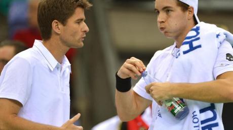 Will mit den deutschen Tennis-Herren ins Viertelfinale: Michael Kohlmann (l) im Gespräch mit Jan-Lennard Struff. Foto: Arne Dedert/dpa