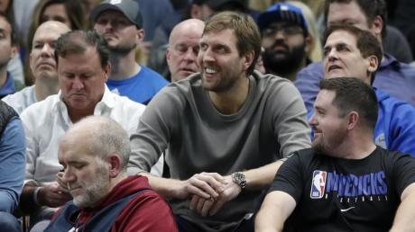 Bester Laune: Dirk Nowitzki erfreut sich am Sieg der Dallas Mavericks gegen die Cleveland Cavaliers.