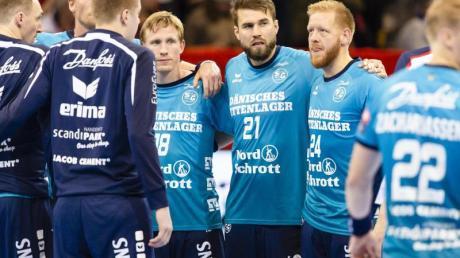Die Flensburger Spieler reagieren enttäuscht nach der Heimniederlage gegen Barcelona.