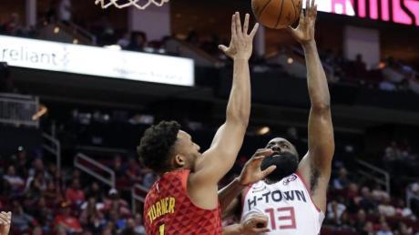 James Harden (r) von den Houston Rockets erzielte gegen die Atlanta Hawks 60 Punkte.