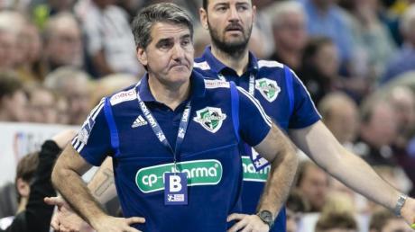 Hannover und Coach Antonio Carlos Ortega (l) verlieren im Titelkampf an Boden.