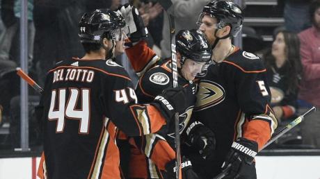 Korbinian Holzer (r) feierte mit den Anaheim Ducks einen Derbysieg.
