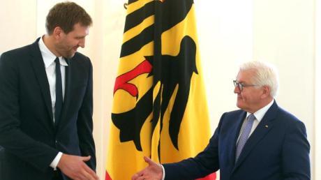 Bundespräsident Frank-Walter Steinmeier verlieh Dirk Nowitzki den Verdienstorden der Bundesrepublik Deutschland.