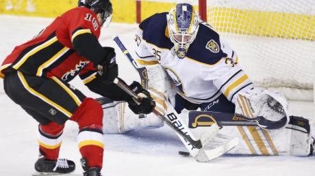 Traf für die Calgary Flames: Tobias Rieder (l).