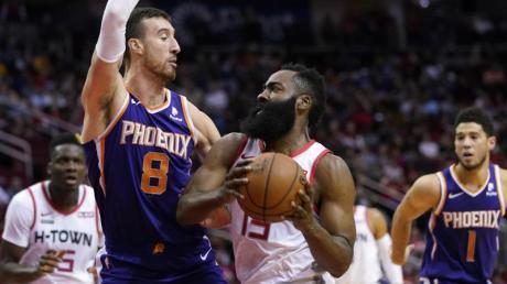 James Harden (M) von den Houston Rockets in Aktion gegen Frank Kaminsky (2.v.l) von den Phoenix Suns.