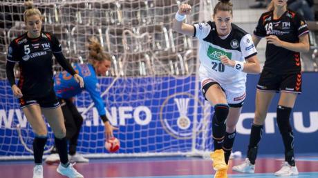 Emily Bölk (M) feiert einen Treffer für Deutschland.