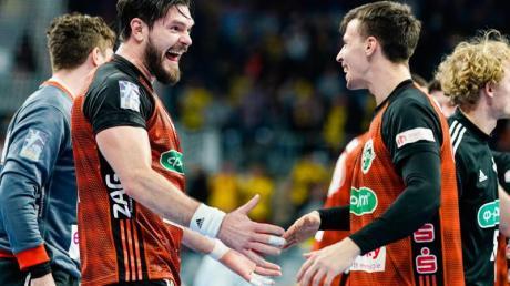 Hannovers Evgeni Pevnov (l) und Ivan Martinovic freuen sich über den Sieg im Verfolgerduell gegen die Füchse Berlin.