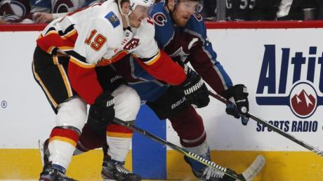 Avalanche-Profi Gabriel Landeskog (r) im Zweikampf mit Matthew Tkachuk von den Calgary Flames.
