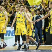 ALBAs Spieler Rokas Giedraitis (l-r), Jonas Mattisseck, Martin Hermannsson und Luke Sikma klatschen sich nach dem Sieg ab.