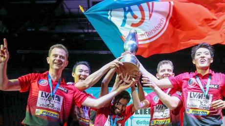Die Spieler ASV Grünwettersbach feiern den überraschenden Pokalisieg.