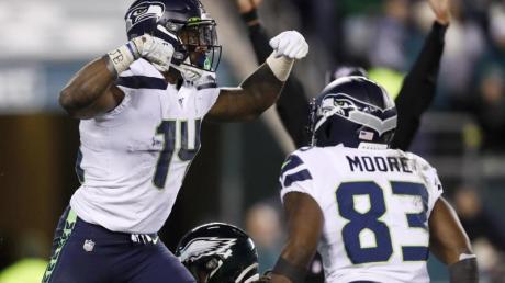 D.K. Metcalf (l) und David Moore von den Seattle Seahawks bejubeln einen Touchdown.