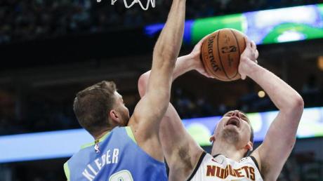 Maxi Kleber (l) von den Dallas Mavericks versucht Denvers Nikola Jokic zu blocken.