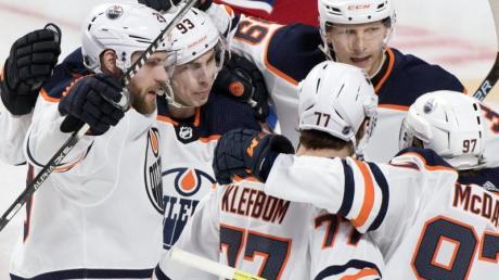 Feierte mit den Edmonton Oilers eine Sieg im kanadischen NHL-Duell: Leon Draisaitl (l).