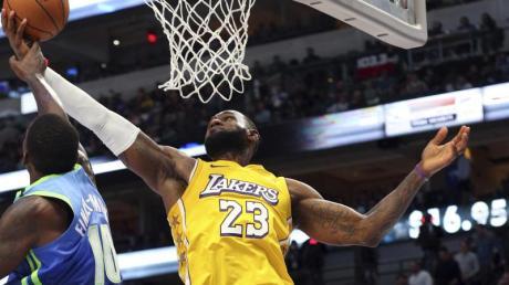 Überragender Akteur beim Lakers-Sieg in Dallas: LeBron James (r).
