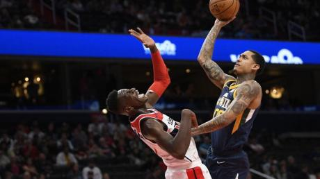 Isaac Bonga (l) von den Washington Wizards konnte Utahs Jordan Clarkson nicht stoppen.