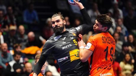 Der Spanier Jorge Maqueda Pena (l) kommt gegen Robin Schoenaker aus den Niederlanden zum Torwurf.