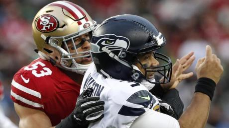 Mark Nzeocha (l) von den San Francisco 49ers in Aktion gegen Seahawks-Quarterback Russell Wilson.