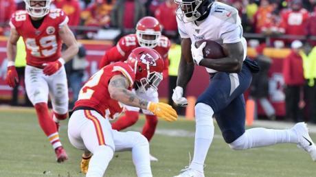 A.J. Brown (r) von den Tennessee Titans setzt sich in diesem Spielzug gegen einen Spieler der Kansas City Chiefs durch.