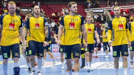 Die schwedischen Spieler lassen nach der Niederlage gegen Norwegen die Köpfe hängen.