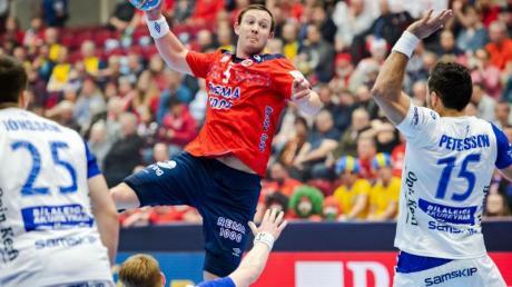 Norwegens Sander Sagosen (M) setzt zum Wurf gegen Island an.