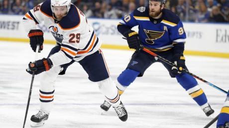 Leon Draisaitl (l) ist der Star der Edmonton Oilers.