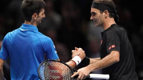 Treffen im Halbfinale in Melbourne aufeinander: Roger Federer (r) und Novak Djokovic.