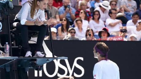 Ermahnung: Schiedsrichterin Marijana Veljovic (l) muss Roger Federer zügeln.