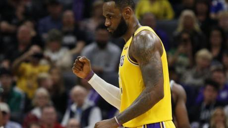 LeBron James von den Los Angeles Lakers ballt nach einem Punktgewinn die Faust.