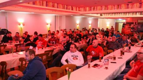 Das Football-Team der Franken Knights verfolgt den Super Bowl in einem Public Viewing.
