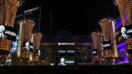 Bildwände zeigen auf dem Platz vor dem Staples Center das Porträt von Kobe Bryant nach dem Helicopter Unglück.