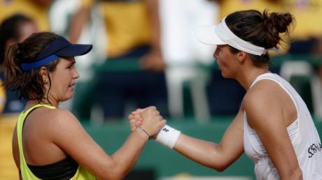 Tatjana Maria schüttelt Gabriela Cé nach ihrem Sieg die Hand.