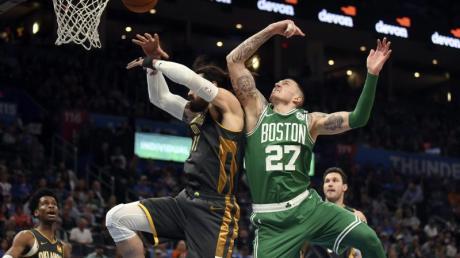 Daniel Theis (r) setzte sich mit den Boston Celtics gegen die Oklahoma City Thunder durch.
