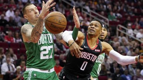 Daniel Theis (l) verlor mit den Boston Celtics in Houston.