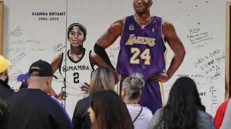 Fans haben sich vor dem Golden 1 Center zum Gedenken an Kobe Bryant und seine Tochter Gianna versammelt.