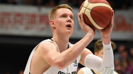 Robin Benzing führt die deutschen Basketballer an.