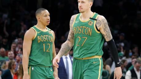 Daniel Theis (r) und die Boston Celtics konnten gegen die Brooklyn Nets nicht gewinnen.