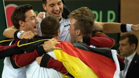 Die deutschen Davis-Cup-Spieler feiern den Sieg gegen Weißrussland.