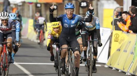Giacomo Nizzolo feiert seine Sieg auf der zweiten Etappe von Paris-Nizza.