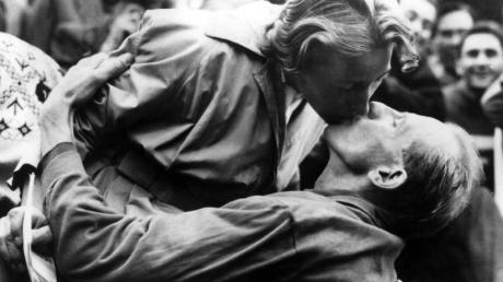 Emil Zatopek gibt seiner Frau Dana Zatopkova nach seinem Olympiasieg im Marathon 1952 in Helsinki einen Kuss.