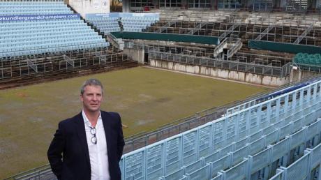 Greenkeeper Christian Engelmann steht im Steffi-Graf-Stadion im Berliner Westen.