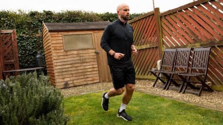 James Campbell läuft in seinem nur etwas mehr als sechs Meter langen Garten einen Marathon.